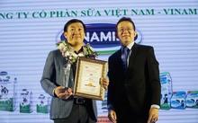 Ông Đỗ Thanh Tuấn – Trưởng bộ phận Đối ngoại Vinamilk đại diện công ty nhận giải thưởng  Top 10 Tin và Dùng