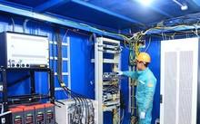Nhân viên kỹ thuật Viettel kiểm tra nhà trạm trên đỉnh Phan Xi Păng