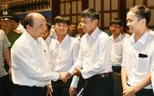 Thủ tướng trò chuyện với các nhân viên làm việc tại khu du lịch của Sun Group
