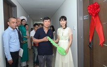 Đại diện Capital House trao chìa khóa tượng trưng cho những cư dân đến nhận căn hộ