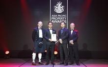 """Đại diện FLC nhận giải """"Khách sạn mới có thiết kế và xây dựng đẹp nhất Việt Nam"""" tại lễ trao giải Giải thưởng Bất động sản Châu Á - Thái Bình Dương."""