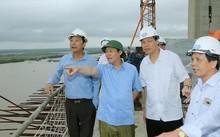 Phó Thủ tướng Vương Đình Huệ thị sát tiến độ thi công dự án cao tốc Hải Phòng-Hạ Long và dự án cầu Bạch Đằng (Ảnh: VGP/Thành Chung)