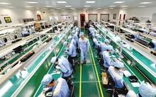 Nỗ lực xóa bỏ rào cản kinh doanh của Chính phủ đang thúc đẩy sự phát triển mạnh mẽ của khu vực kinh tế tư nhân. Trong ảnh:Nhà máy sản xuất Bphone của Bkav.