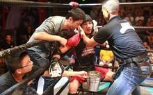 Đạo diễn Johnny Trí Nguyễn tranh thủ dặn dò các thí sinh trong thời gian nghỉ giữa hiệp ngắn ngủi