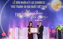 """Ông Lê Doãn Hợp, Chủ tịch Hội đồng xác lập Tổ chức kỷ lục Việt Nam trao tặng bằng chứng nhận """"Bức tranh 3D dài nhất Việt Nam"""" cho dự án TNR Goldmark City."""