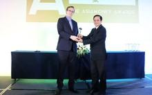 Ông Matthew Thomas -Trưởng đại diện Asiamoney ở châu Á, đại diện Ban tổ chức trao giải thưởng cho ông Nguyễn Thành Đô – Phó CT HĐQT, đại diện HDBank nhận giải thưởng.