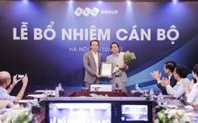 Chủ tịch HĐQT Tập đoàn FLC ông Trịnh Văn Quyết trao Nghị quyết bổ nhiệm chức vụ Phó tổng giám đốc cho ông Nguyễn Thanh Bình.
