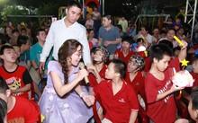 Nữ tỷ phú hát cùng trẻ em khuyết tật, thường tới đây mỗi dịp trung thu, bà rất được các em nhỏ ở đây yêu quý.