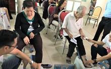 Người tham dự được đo loãng xương tại hội thảo