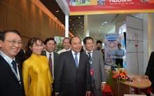 Thủ tướng Nguyễn Xuân Phúc đến thăm gian hàng HDBank
