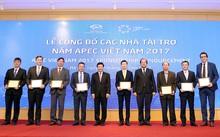 Phó Thủ tướng Phạm Bình Minh và Bộ trưởng, Chủ nhiệm Văn phòng Chính phủ Mai Tiến Dũng trao kỷ niệm chương ghi danh và quà lưu niệm cho 8 nhà tài trợ đặc biệt. Ảnh: VGP/Hải Minh