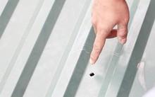 Viên đạn xuyên thủng mái tôn rơi xuống trường mầm non.