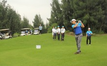 Các golfer trong ngày thi đấu đầu tiên.