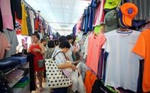 """Dễ dàng bắt gặp nhiều sản phẩm may mặc Trung Quốc """"đội lốt"""" hàng Việt ở các chợ"""