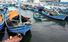 Tàu cá cập bờ tránh áp thấp nhiệt đới ở sôngDương Đông, Phú Quốc. Ảnh:Cửu Long.
