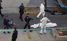 Cảnh sát bên cạnh thi thể phủ vải trắng tại hiện trường vụ khủng bố ở thành phố New York hôm 31/10. Ảnh: Reuters.