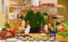 Bếp trưởng Doãn Văn Tuấn thực hiện các món ăn  ẢNH: T.T