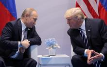Tổng thống Nga Putin (trái) và Tổng thống Mỹ Trump tại cuộc gặp ở Hamburg, Đức, hồi tháng 7. Ảnh:Reuters.