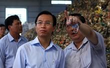 Ông Nguyễn Xuân Anh trong lần thị sát bãi rác ô nhiễmsau khi lên nhậm chức Bí thư Thành ủy Đà Nẵng. Ảnh:Nguyễn Đông.