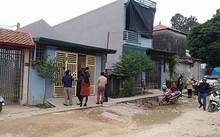 Vợ chồng anh Thuận sống tại căn nhà cổng màu vàng. Ảnh: Lam Sơn