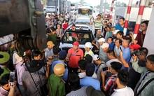 Chiều 30.11, nhiều tài xế tiếp tục tụ tập phản đối trước trạm BOT Cai Lậy (Tiền Giang), sau khi chủ đầu tư cho thu phí trở lại vào sáng cùng ngày. Ảnh: VNExpress