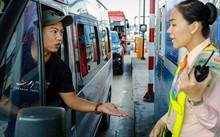 Tài xế dùng tiền xu để trả phí qua trạm BOT Cai Lậy. Ảnh: Nguyễn Thành