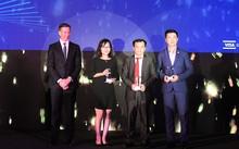 Ông Đặng Công Hoàn đại diện Techcombank nhận giải thưởng