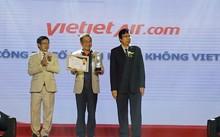 Giám đốc Điều hành Lưu Đức Khánh đại diện cho Vietjet nhận giải thưởng tại lễ trao giải cho các sản phẩm – dịch vụ được Tin & Dùng 2017