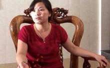 Theo bà Nguyễn Thị Lý, kiểm lâm xông vào nhà lấy gỗ đi nhưng không cho bà gọi điện cho chồng. Ảnh: Văn Được.