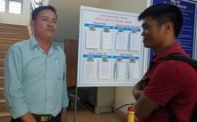 Ông Lê Tấn Thịnh (áo xanh) trao đổi với phóng viên về hành động của mình. Ảnh: Minh Quý.