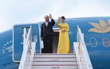 Thủ tướng Nguyễn Xuân Phúc và Phu nhân chào tạm biệt đại diện nước chủ nhà Nhật Bản ra tiễn Đoàn. Ảnh: VGP/Quang Hiếu