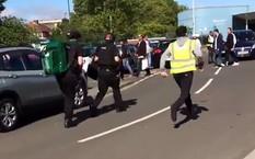 Cảnh sát tới hiện trường vụ đâm ô tô. Ảnh: RT