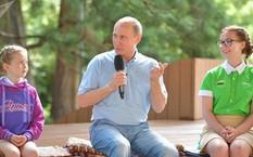 Nhà lãnh đạo Nga và các em học sinh ở Crimea