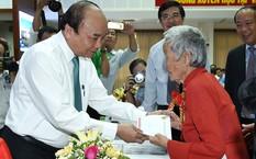 Thủ tướng ân cần thăm hỏi bà mẹ Việt Nam anh hùng. Ảnh: VGP/Quang Hiếu