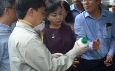 Bộ trưởng Bộ Y tế Nguyễn Thị Kim Tiến kiểm tra loại thuốc phun để diệt muỗi, đảm bảo hạn sử dụng, pha liều lượng đúng quy định. Ảnh: BYT