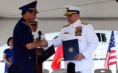 Trung tướng Nguyễn Quang Đạm, Tư lệnh Cảnh sát biển Việt Nam (trái), bắt tay Chuẩn Đô đốc Michael J. Haycock, trợ lý tham mưu trưởng về quân dụng và cán bộ chuyên trách quân dụng Tuần duyên Mỹ trong lễ bàn giao.