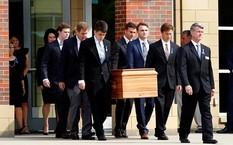 Gia đình và bạn bè đưa Otto Warmbier về nơi an nghỉ cuối cùng ở Wyoming, bang Ohio, ngày 22/6. Ảnh: Reuters.