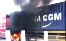 Xe đầu kéo bốc cháy trên cao tốc Ôtô đầu kéo bốc cháy dữ dội trên cao tốc TP.HCM - Long Thành - Dầu Giây.