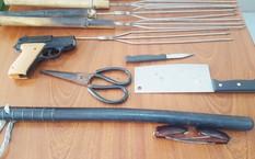 Dùi cui, súng nhựa và hung khí được tìm thấy tại phòng trọ của Út Lọt. Ảnh: Phúc Hưng.