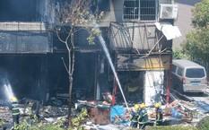 Lực lượng chữa cháy nỗ lực dập lửa sau vụ nổ.