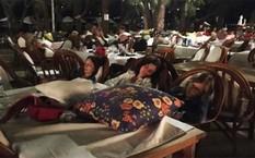 Nhiều du khách đã phải qua đêm bên ngoài, trước cửa sân khách sạn vì vụ động đất.