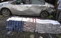Ôtô gây tai nạn cùng số thuốc lá lậu. Ảnh: Công an cung cấp.