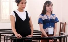 Linh (trái), và Thương tại tòa. Ảnh: V.T.