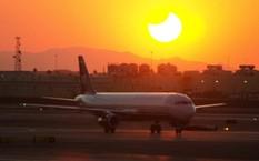 Các hãng bay Mỹ đang ăn nên làm ra nhờ hiện tượng nhật thực. Ảnh: Bloomberg