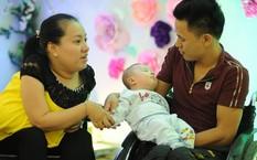 Vợ chồng anh Năm - chị Hà hạnh phúc bên cậu con trai mới sinh.