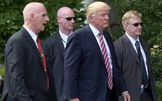 Tổng thống Mỹ Donald Trump di chuyển cùng vệ sĩ riêng (trái) và hai nhân viên Mật vụ. Ảnh: AP.