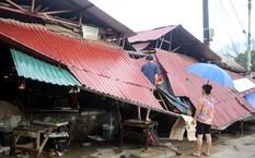 Tố lốc, vòi rồng làm sập nhiều mái tôn của người dân ở Chợ B6, TP Lào Cai. Ảnh: Báo Lào Cai.