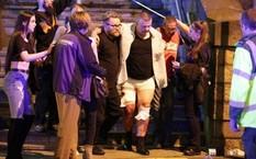Một người bị thương được đưa ra ngoài. Ảnh: Telegraph.
