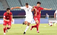 Các cầu thủ Việt Nam (đỏ) gây ra nhiều bất ngờ cho New Zealand.Các cầu thủ Việt Nam (đỏ) gây ra nhiều bất ngờ cho New Zealand.