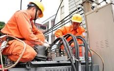 Công nhân Tổng công ty Điện lực thành phố Hà Nội đấu nối cáp tại trạm biến áp quận Đống Đa, Hà Nội.